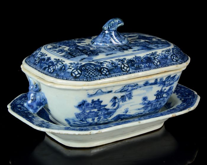 A small Chinese octagonal tureen with cover and platter (1) - Blue and white - Porcelain - Countryside landscape with pagoda, dwellings, trees, people, islands - China - Qianlong (1736-1795)