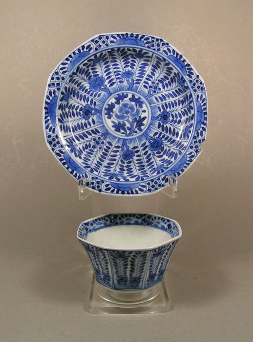 Tea cup and saucer (2) - Blue and white - Porcelain - Flowers - A Kangxi-marked blue and white octagonal tea cup and saucer - China - 19th century
