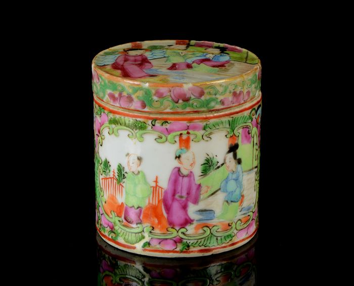 A small Chinese round box and cover (2) - Canton, Famille rose, Rose medallion - Porcelain - Mandarin interior scenes / birds, butterflies, flowers and insects - China - Late 19th century