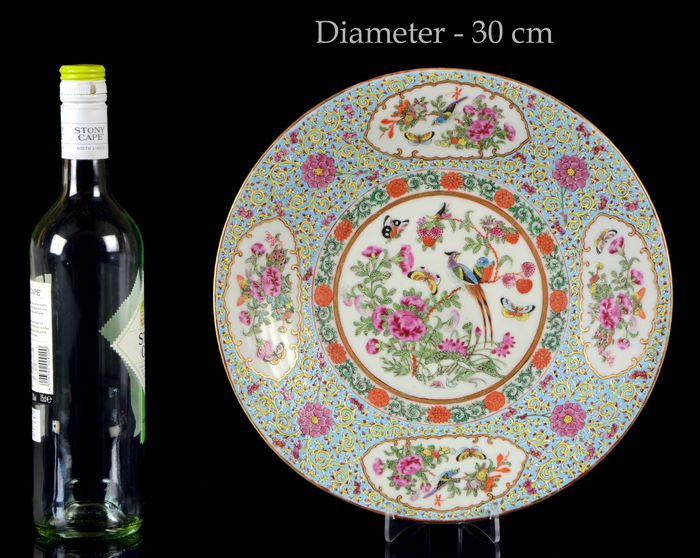 A big (dia. 30 cm) plate, charger - Famille rose - Porcelain - Birds, butterflies, peonia and other flowers, fruits, vegetables. - China - 19th century