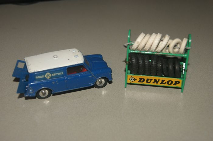 """Dinky Toys - 1:48 - Original First Issue """"DUNLOP"""" Tyre Rack with all Original Dinky Toys 18 Tyres no.786 - 1960 - Mini-fourgonnette de patrouille originale """"R.A.C. ROAD SERVICE"""" n°273 - 1965"""