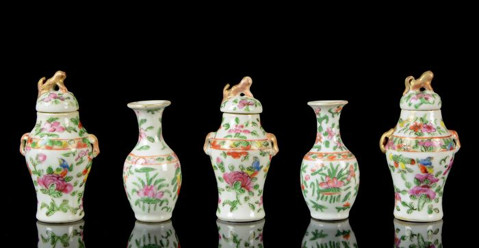 A garniture of Chinese miniature vases and covers (8 pieces) (5) - Canton, Famille rose, Rose Canton - Porcelain - Birds, butterflies, fruits and flowers - NO RESERVE PRICE - China - 19th century