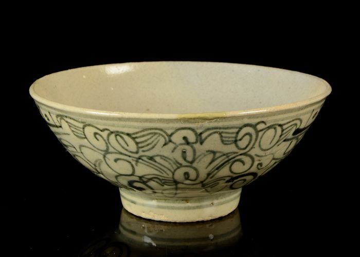 A Chinese bowl - Celadon - Porcelain - No reserve price - China - Ming Dynasty (1368-1644)