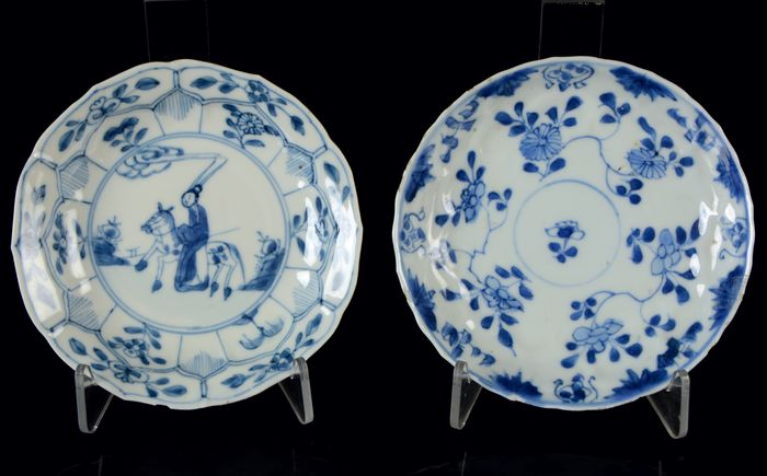 """Chinese saucers (2) - Blue and white - Porcelain - Flowers, """"The romance of the Western Chamber"""" - China - Kangxi (1662-1722)"""