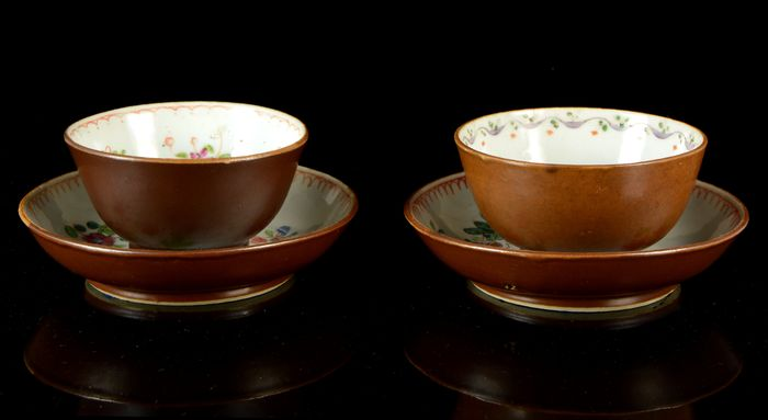 """Two Chinese tea-bowls and two saucers (2) - Cafe au lait, Famille rose - Porcelain - Batavian """"flowers"""" pattern - No reserve price - China - Qianlong (1736-1795)"""
