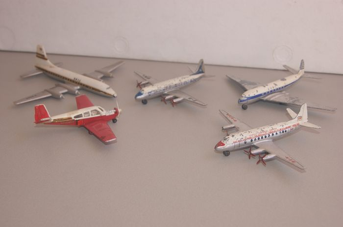"""Dinky SuperToys - Dinky Toys - Crescent Toys - 1:48 - SuperToys First Issue D.H. Comet Airliner """"B.O.A.C.""""no.702 / Vickers """"VISCOUNT Airliner""""no.706 -1955 - """"Vickers British European Airways"""" n°706-b -1956 / """"BEECHCRAFT"""" S 35 Bonanza n°710 -1966"""