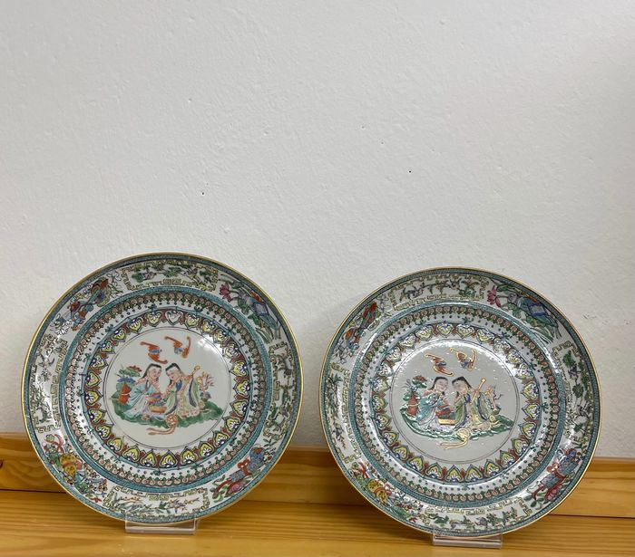 Plates (2) - Famille rose - Porcelain - Twin brother pattern - China - Late 19th century