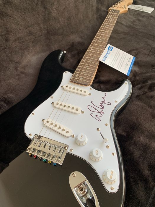 Alice Cooper, Signed Guitar Style Stratocaster With Coa - The Godfather of Shock Rock - Signierte Memorabilien (Originale Autogramme) - 1964/2005