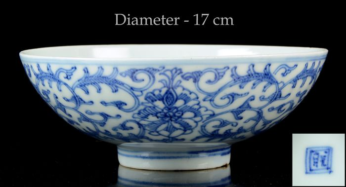 A large Chinese bowl - Blue and white - Porcelain - Flower scrolls - China - Daoguang (1821-1850)