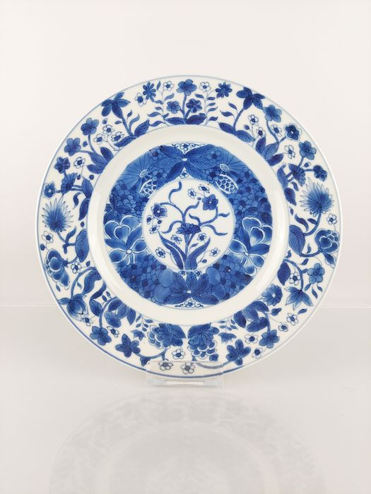 Plate (1) - Blue and white - Porcelain - Flowers, Symmetrical - High quality large fully decorated Kangxi plate Ø26.5 cm - China - Kangxi (1662-1722)
