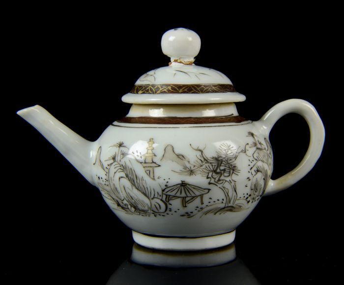 A rare Chinese miniature 'Grisaille' tea-pot and cover - Encre de Chine (grisaille) - Porcelain - Mountains - China - Qianlong (1736-1795)