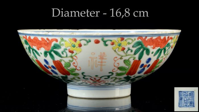 A large Chinese Doucai bowl with auspicious symbols - Doucai - Porcelain - Dragon and Phoenix chasing the flaming pearl - China - Daoguang (1821-1850)