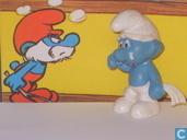 Droevige Smurf met witte zakdoek