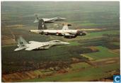 Lockheed SP-3H Neptune in formatie met twee F-15 Eagles