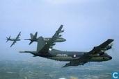 """Onze marineluchtvaart """"in kaart"""". Lockheed P-3C Orion in formatie boven vliegkamp Valkenburg"""