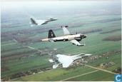 """Onze marineluchtvaart """"in kaart"""". Lockheed SP-2H Neptune met twee F-15 Eagles."""