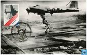 """Boeing B-17 """"bombardeert"""" vliegveld Valkenburg met voedselpakketten"""
