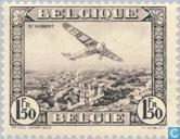 Fokker F.VII survolant des villes