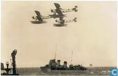 Formatie Fokker C-VII W watervliegtuigen boven Hr.Ms. Van Nes