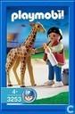 Baby-Giraffe mit Pfleger
