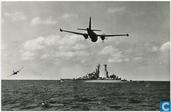 Hr.Ms. kruiser De Zeven Provinciën (voor de verbouwing) oefenen met de Marine Luchtstrijdkrachten