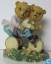 tricycle avec deux ours sur elle