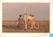 twee fietsen bij paal (00052191)